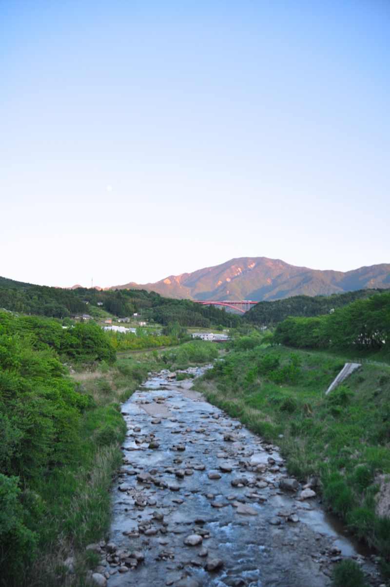 赤い橋と赤い恵那山。 border=