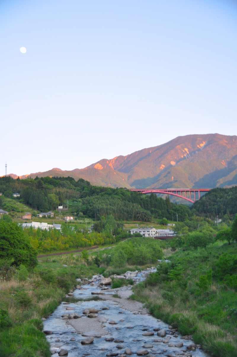 赤い橋と赤い恵那山。