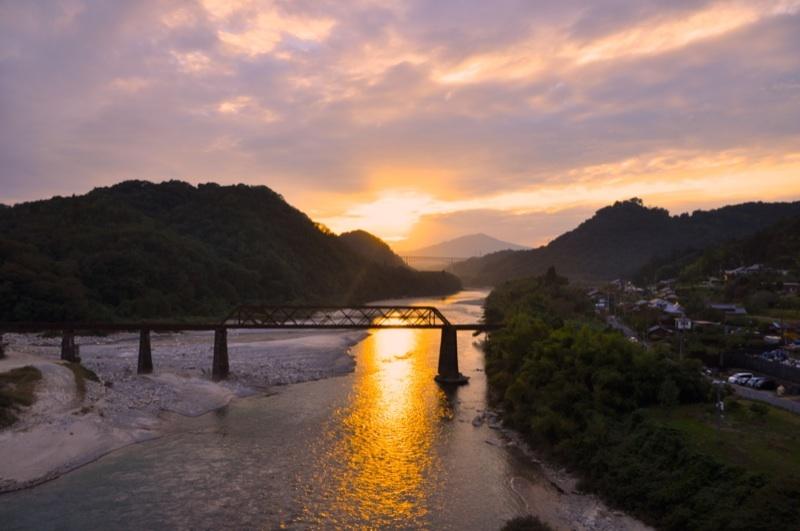 茜色の木曽川と奥恵那峡。