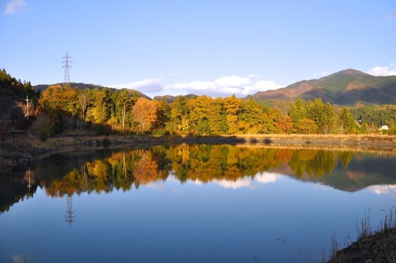 鮮やか紅葉絶景、空の色より池の色。 border=