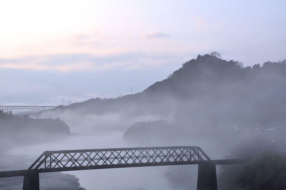 川霧に煙る北恵那鉄橋と苗木城趾-1