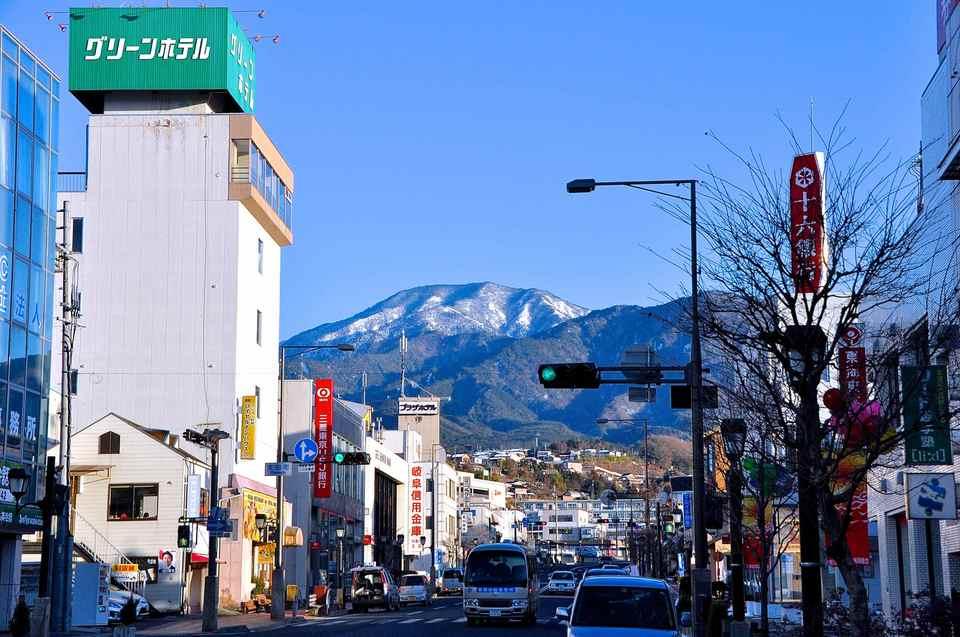 中津川駅前通りからの恵那山