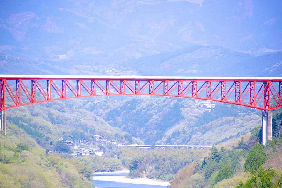 新緑、萌える緑に赤い橋。