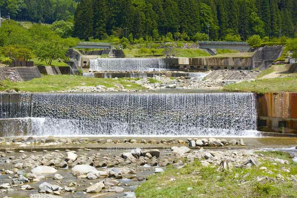 輝く水しぶき 川風景  中津川市神坂から涼しさお届け。