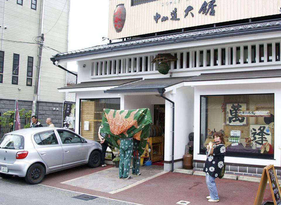 中山道中津川宿の古い町並みと神代獅子。