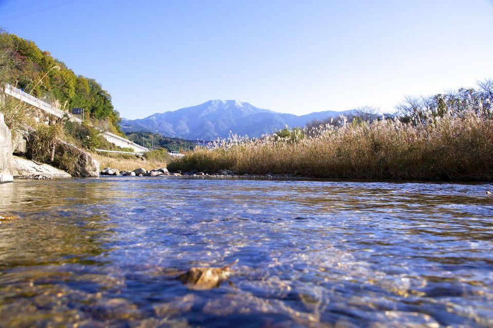 落合川の川面からの冠雪の恵那山 border=