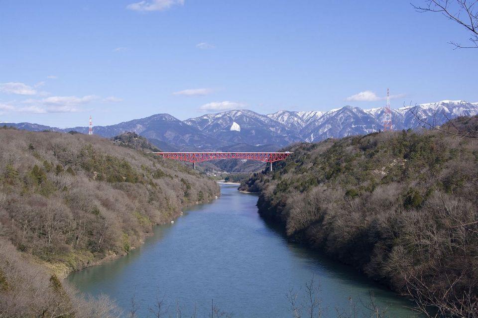 この広い川が大好きです。木曽川、中津川市の美恵橋から城山大橋を望む。 border=