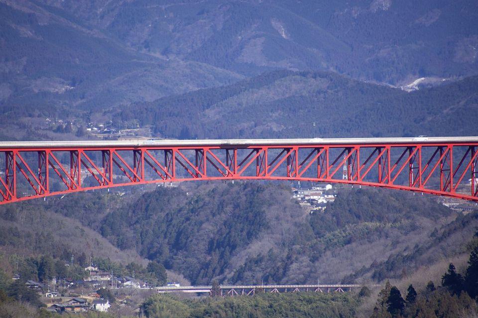 この広い川が大好きです。木曽川、中津川市の美恵橋から城山大橋を望む。