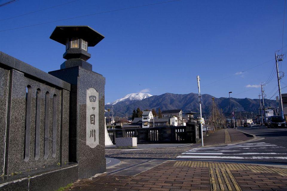 中山道中津川宿からの恵那山 border=
