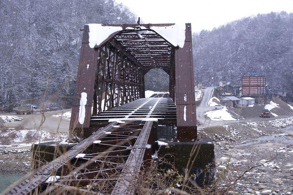 雪舞う廃線「北恵那鉄橋」