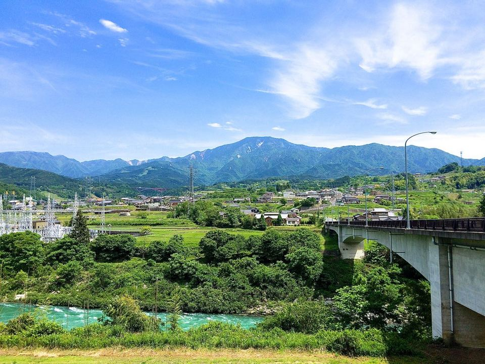 青空に恵那山、棚引く雲が爽やか。