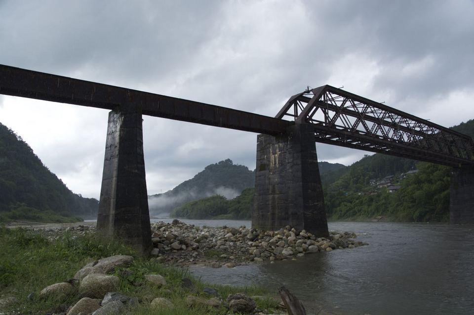 夕暮れの北恵那鉄橋と城山 border=