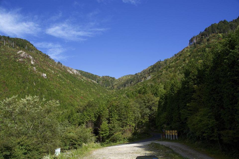 神坂峠を見上げる、標高1200m 大檜の駐車場から。 border=