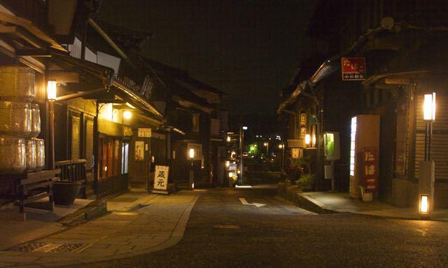夜の街ぶら、街あかり、中山道中津川宿。 border=