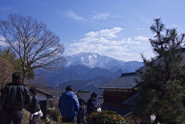 馬籠宿から、三月春雪の恵那山。