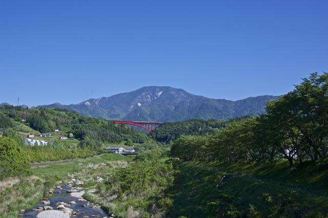 青空に蒼い恵那山が映えます。 border=