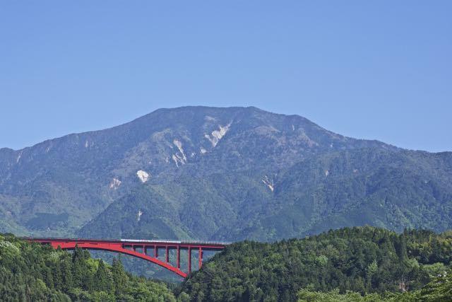青空に蒼い恵那山が映えます。