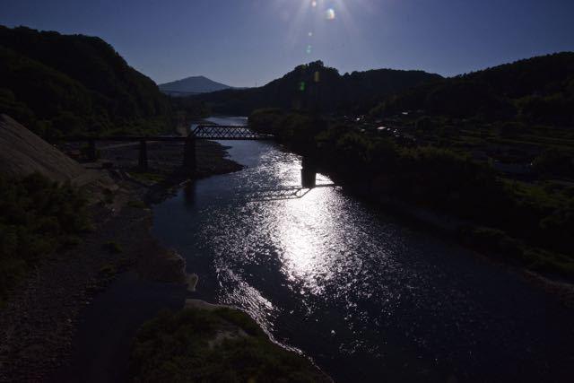 黄昏の北恵那鉄橋と木曽川の光る川面に影 border=