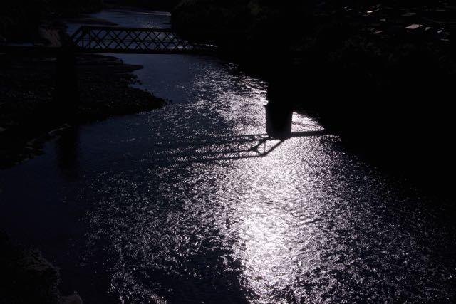 黄昏の北恵那鉄橋と木曽川の光る川面に影