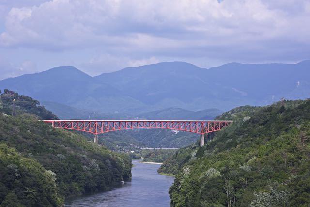 木曽川を一跨ぎ「紅い鉄の龍」は城山大橋