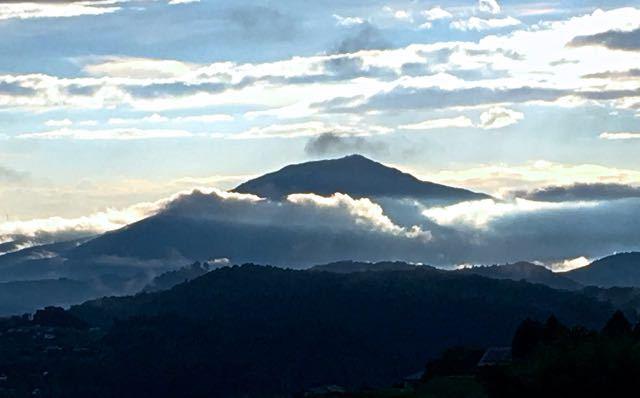 雨上がり、雲が織りなす笠置山の夕景。 border=