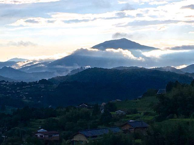 雨上がり、雲が織りなす笠置山の夕景。