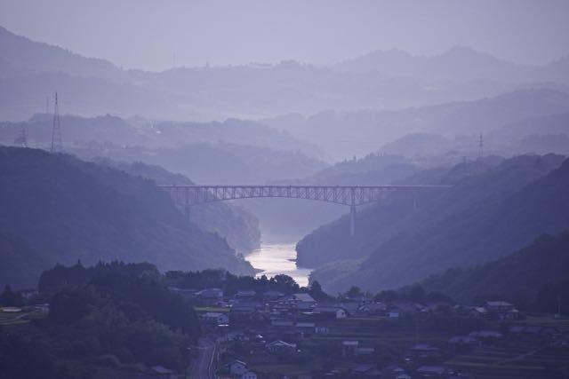 「黄昏の木曽川と笠置山」 border=