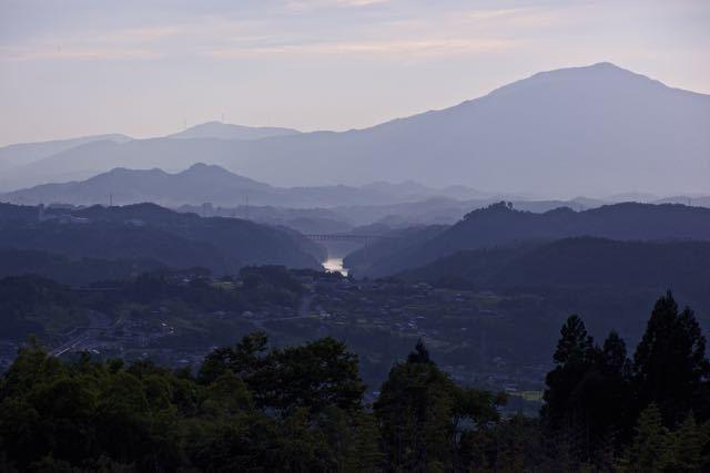 「黄昏の木曽川と笠置山」