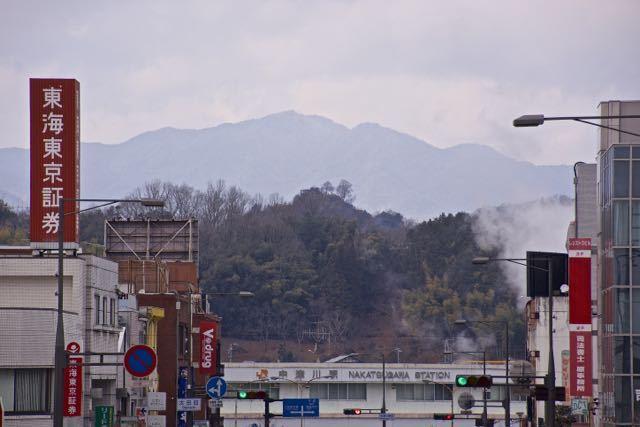 中津川駅前通りから苗木城跡が見えた。 border=