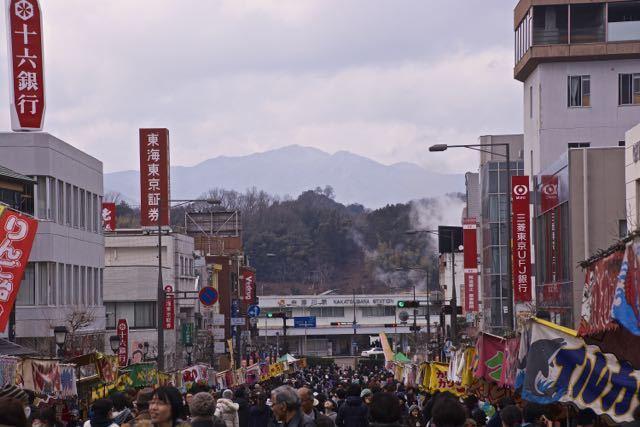 中津川駅前通りから苗木城跡が見えた。