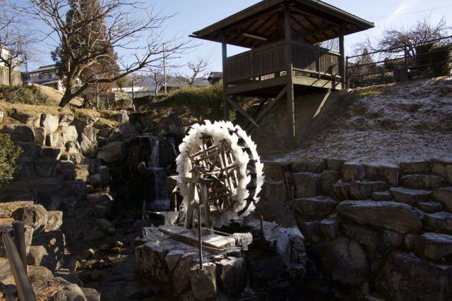 極寒中津川、水車が凍った。