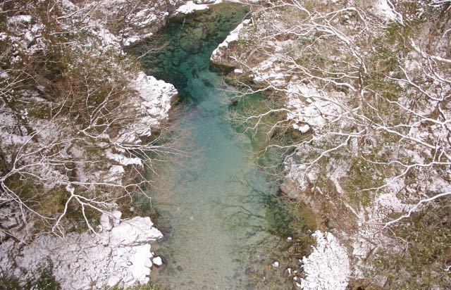 真冬の付知峡攻め橋のエメ水。 border=