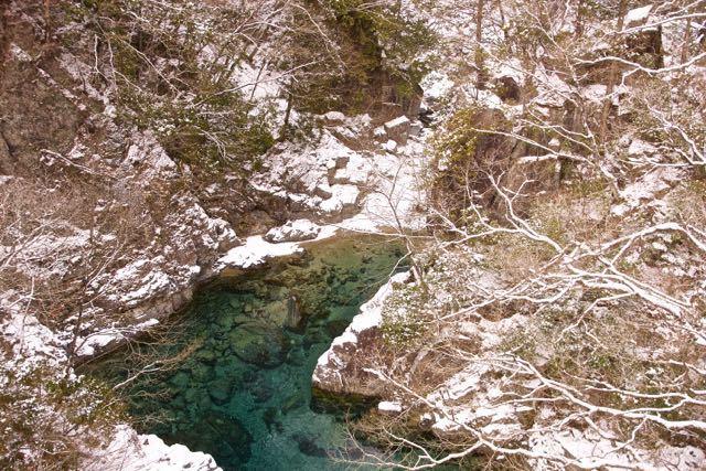 真冬の付知峡攻め橋のエメ水。