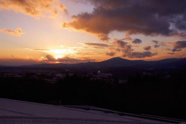 沈む夕陽を追いかけて、新茶屋夕陽の丘から。 border=