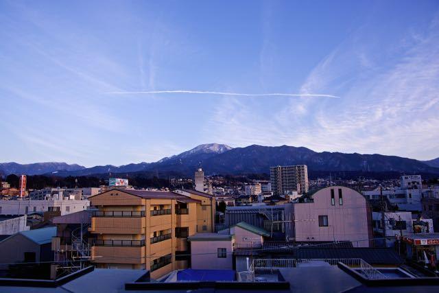 恵那山の上にヒコーキ雲。