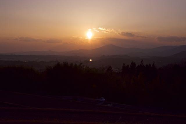沈む夕陽を追いかけて、中山道新茶屋夕陽の丘。