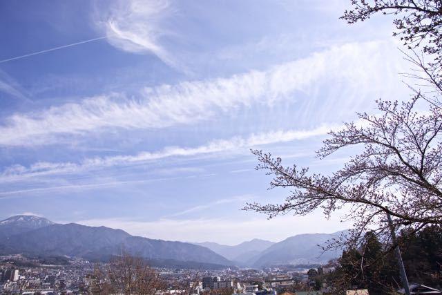 ヒコーキ雲と恵那山。