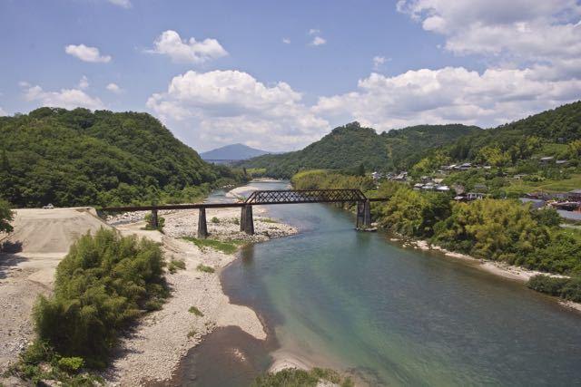 新緑の木曽川奥恵那峡、北恵那鉄橋。 border=