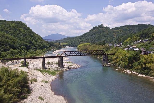 新緑の木曽川奥恵那峡、北恵那鉄橋。
