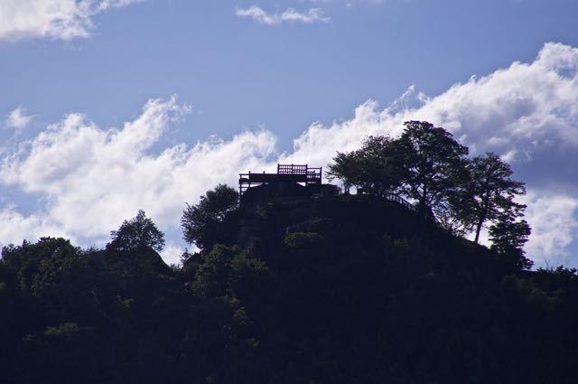黄昏の奥恵那峡、輝く木曽川と苗木城跡のシルエット。