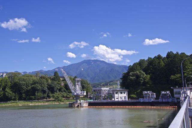 関電落合ダムの上からの恵那山。