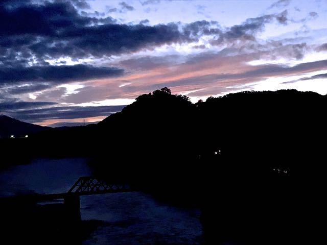 夕暮れの幻想的な空気に包まれる、苗木城跡。