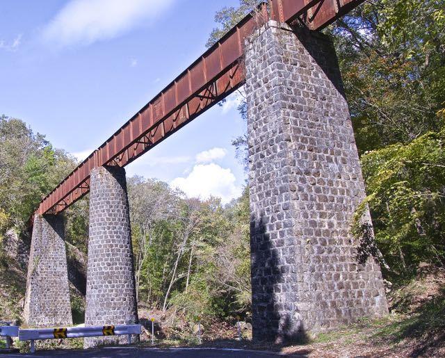 旧北恵那鉄道、上地鉄橋。珍品は丸い橋脚と角橋脚の組合せ。