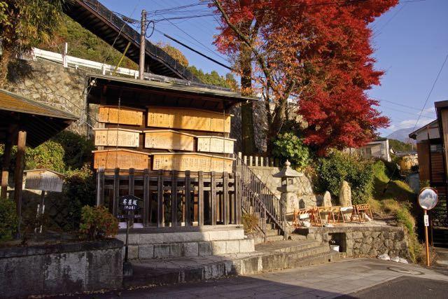 中山道中津川宿茶屋坂高札場の大紅葉。