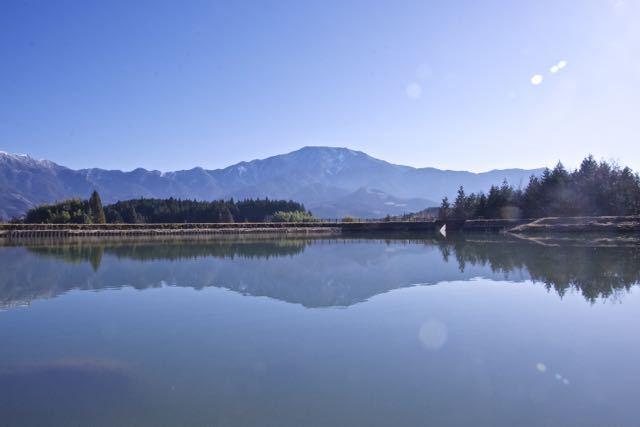 今日の馬籠梵天郷はとても穏やかで鏡のような水面に逆さ恵那が見事に映り込んでいました。 border=