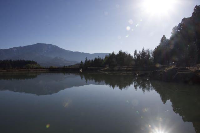 今日の馬籠梵天郷はとても穏やかで鏡のような水面に逆さ恵那が見事に映り込んでいました。