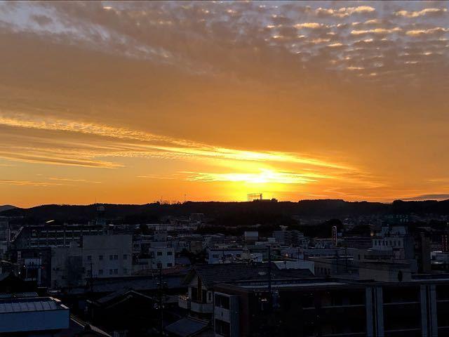 沈む夕陽を追いかけて、黄昏の中津川。