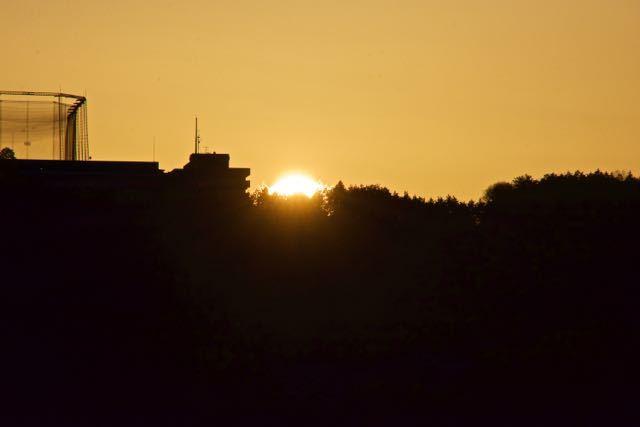 沈む夕陽を追いかけて。