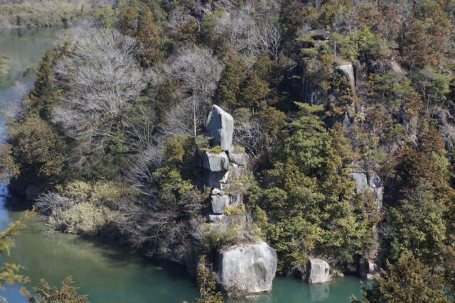 絶対落ちない奇跡の岩「品の字岩」
