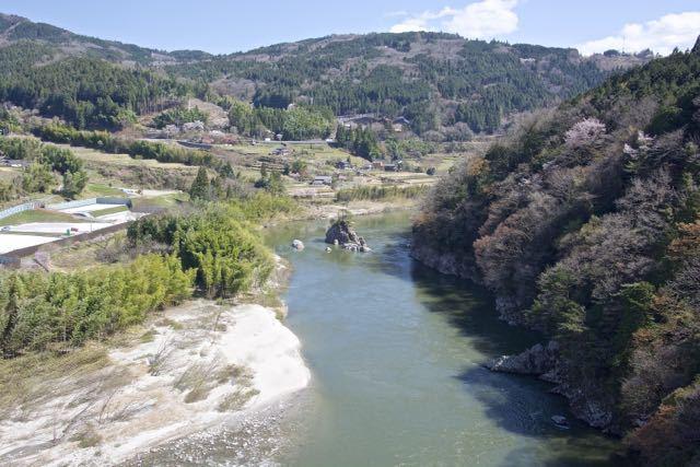 木曽川に浮かぶ伝説の乙姫岩。 border=